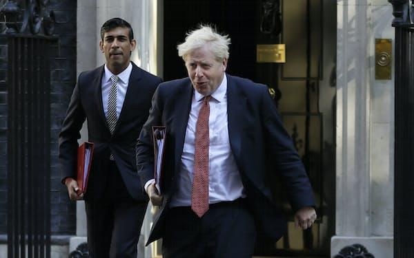 ジョンソン内閣の屋台骨である首相(右)とスナク財務相が感染者との濃厚接触の疑いのため自己隔離に入る(2020年9月、首相官邸)=AP