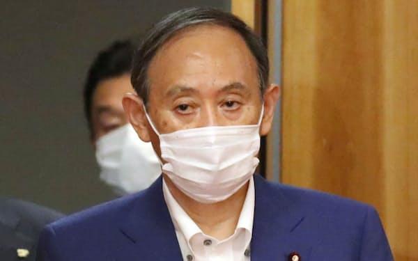 閣議に臨む菅首相(16日、首相官邸)
