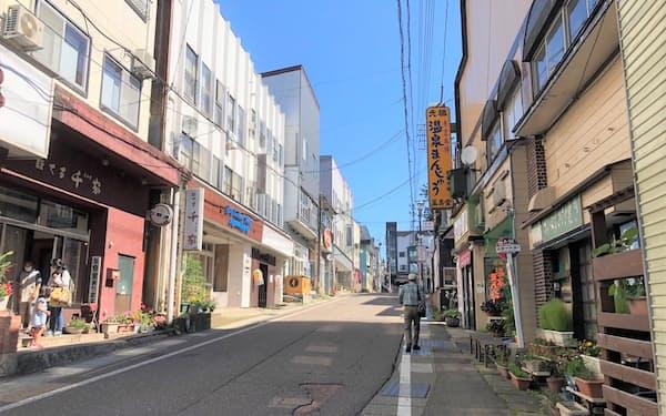 梅雨が明け観光シーズンに入ったが、人通りは少ない(18日、新潟県妙高市の赤倉温泉)
