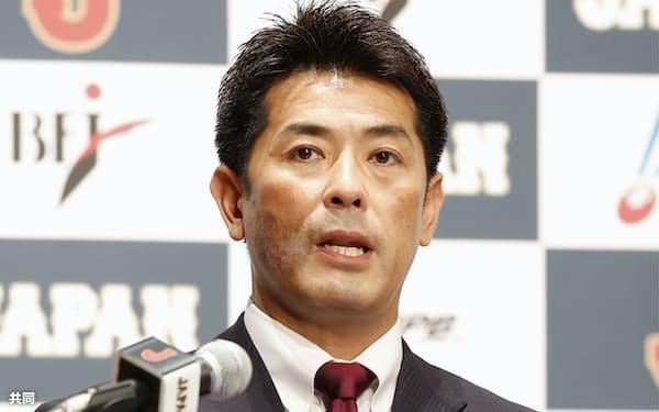東京五輪の野球日本代表に内定した選手を発表する稲葉監督=16日午前、東京都内のホテル