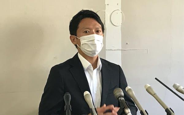 兵庫県知事選挙で当選を決め、一夜明けて会見を開く斎藤元彦氏(19日、神戸市)