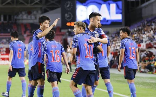 17日のスペイン戦で先制ゴールを決めた堂安(背番号10)を祝福する吉田らU-24日本代表の選手たち=共同