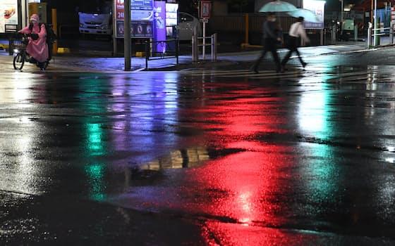 雨にぬれた道路が街の明かりを反射して輝く。志ん生は貧しかった長屋暮らしを懐かしんだ