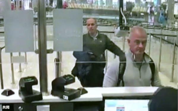 2019年12月、トルコのイスタンブール空港で防犯カメラに映ったマイケル・テイラー被告(右)=AP・共同