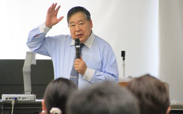 大津市内で講演する発酵文化推進機構の小泉武夫理事長(18日)