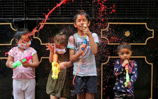 インドでは複数の州が1家族の子どもの数を事実上制限しようとしている=ロイター