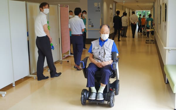 設定した目的地まで自動運転で患者を運ぶ