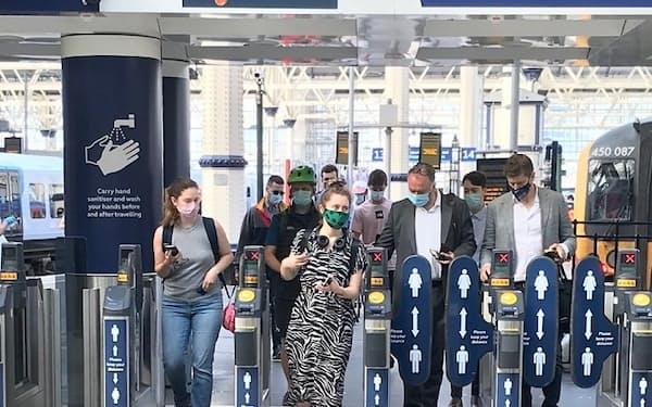 19日朝のロンドン市内の主要駅では、市のルールに応じるマスク姿の通勤客が大半だった。