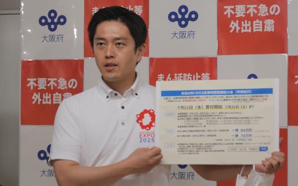 記者団の取材に応じる吉村知事(19日、大阪府庁)