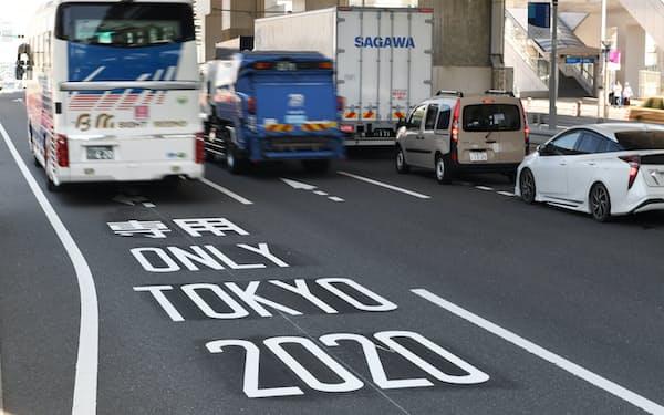 運用が始まった東京五輪の大会関係車両の「専用レーン」(19日午前、東京都江東区)