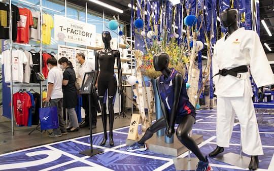日本代表のユニフォームを展示したミズノの五輪グッズ売り場(東京都千代田区のMIZUNO TOKYO)