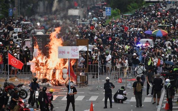 18日、タイ・バンコクの首相府に向かう反体制デモ隊=ロイター