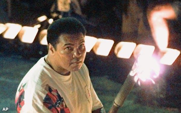 1996年アトランタ大会開会式で最終点火者となったムハマド・アリ氏=AP