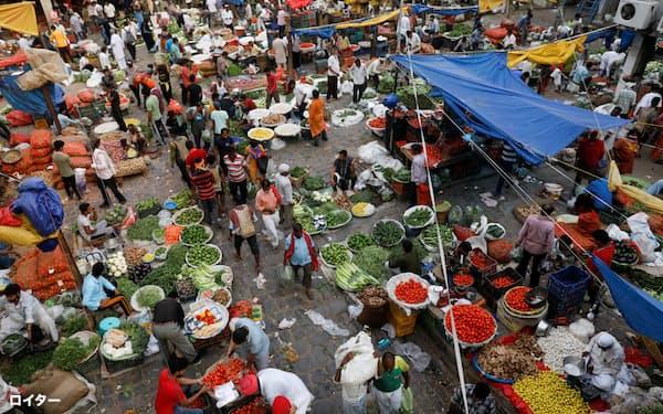 インドの中間流通市場は近代化が遅れている。(6月23日、厳しいロックダウンが明け、商人が行き交うデリー旧市街の青果市場)(ロイター)