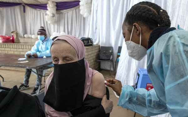 ヨハネスブルクで米ジョンソン・エンド・ジョンソン製のワクチン接種を受ける教師(6月)=AP
