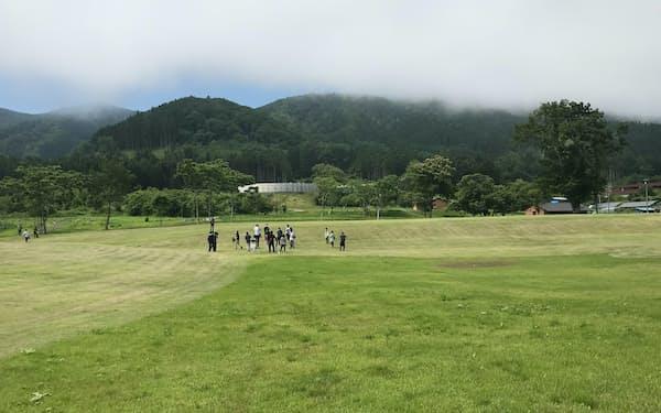 垣ノ島遺跡では縄文時代の建物を復元せず、盛り土などの地形を体感してもらう(北海道函館市)