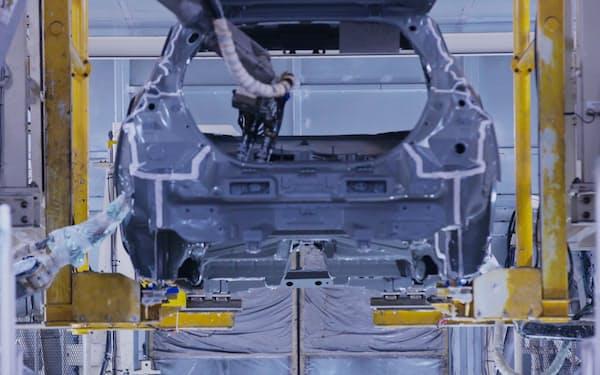 生産時のCO2削減が自動車産業の課題だ(日産工場での最新の塗装工程)