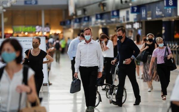 英国では新型コロナ対策の行動制限が緩和された一方で、感染後に後遺症に苦しむ人々も多い=ロイター
