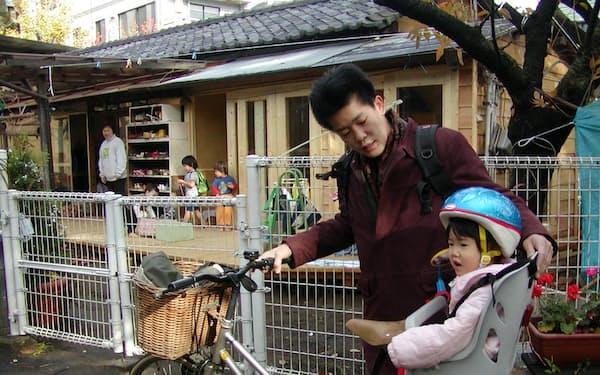 自転車に子供を乗せ、保育所へ送り迎えをした(2002年)