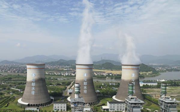 環境規制が緩い国や地域からの輸入品に関税をかける(中国浙江省にある石炭火力発電所)=AP