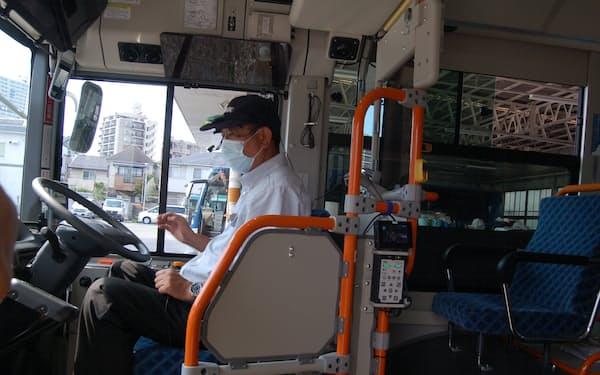 西武バスの新型研修車両は運転士にセンサーを取り付けるなどして、運転技術をデータ化する(埼玉県所沢市)