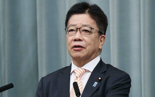 記者会見する加藤官房長官(20日午前、首相官邸)