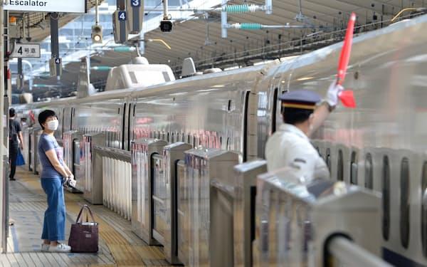 閑散とする新幹線ホーム(20年8月、JR東京駅)