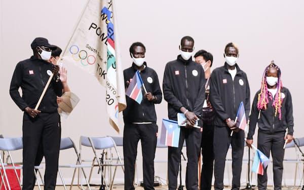 ルシア選手(右端)やアブラハム選手(壇上前列右から3人目)らが壮行会に参加した(16日、前橋市)=共同