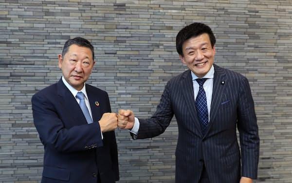 グータッチを交わす西武ホールディングスの後藤高志社長(左)と刀の森岡毅CEO