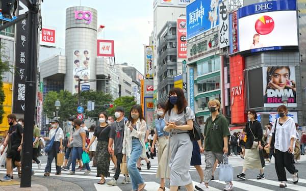 東京・渋谷を歩くマスク姿の人たち(7月13日)
