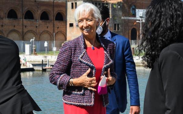 先行き指針の変更を探るECBのラガルド総裁(7月、イタリア北部のベネチア)=ロイター