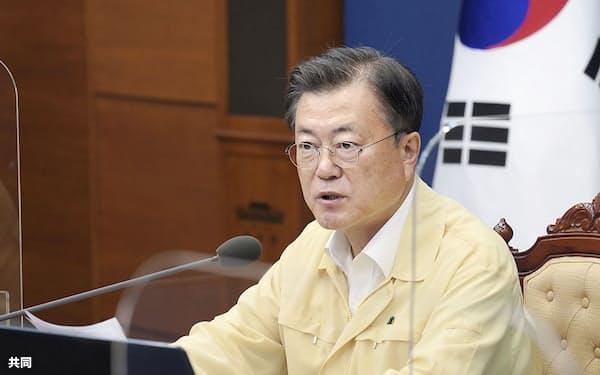 19日、会議に出席する文在寅大統領=韓国大統領府提供・共同
