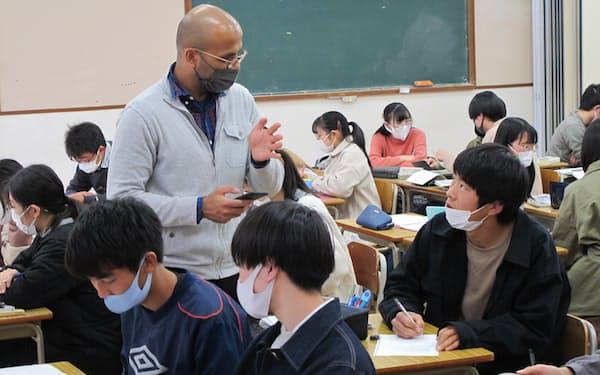 科学に関する英語を教えるALT(茨城県立日立第一高)