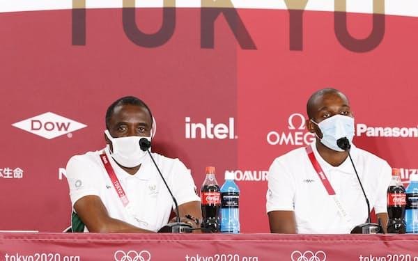 日本戦を前に記者会見する南アフリカのノトアン監督(左)とマレペ(20日、味の素スタジアム)=共同