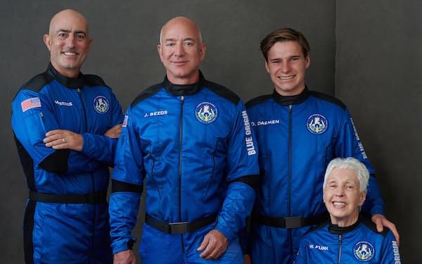 ブルーオリジン初の有人宇宙飛行に搭乗したジェフ・ベゾス氏(左から2番目)ら(同社提供)