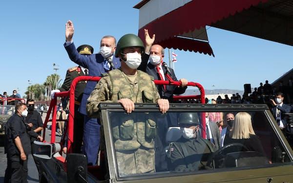 20日、パレードするエルドアン大統領㊧と北キプロスのタタル大統領(ニコシア)=ロイター