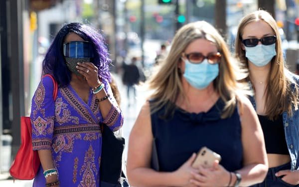 ロサンゼルスではマスク着用が再び義務化された=ロイター
