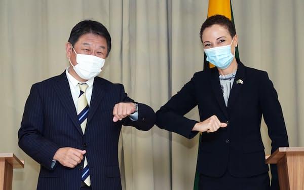 茂木外相㊧はジャマイカのジョンソンスミス外相と会談した(20日)=外務省提供