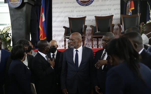 20日にハイチ首相に就任したアリエル・アンリ氏(写真中央、ポルトープランス)=AP