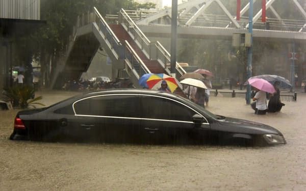大雨で冠水した中国河南省鄭州市内(20日)=新華社・共同