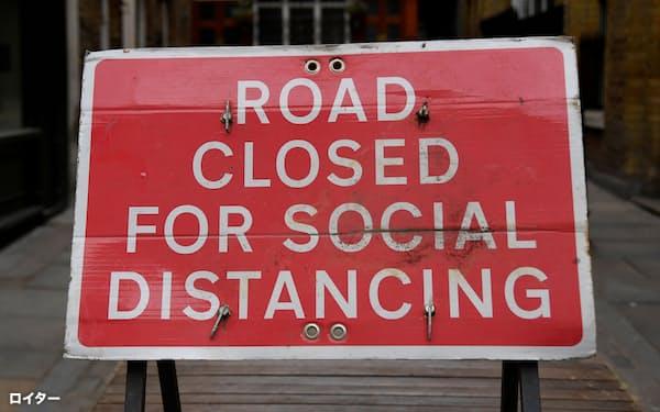 コロナ対策でロンドンの通りに置かれた通行規制の標識(4月)=ロイター