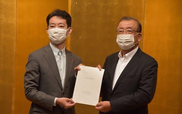 千葉県経営者協会の三枝会長(右)が熊谷知事に要望書を手渡した(21日、千葉市内)