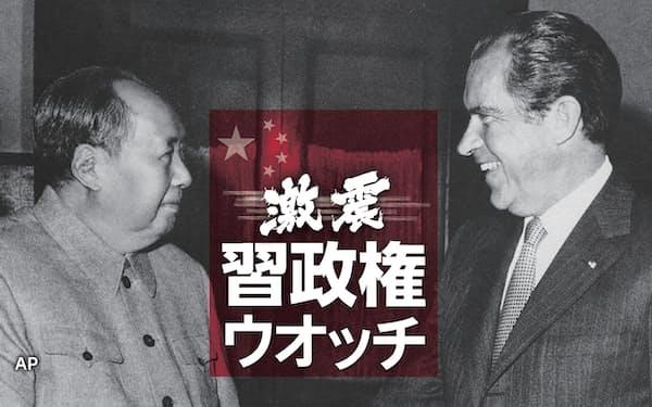 北京・中南海でニクソン米大統領と歴史的な握手をする毛沢東主席(1972年2月21日)=AP