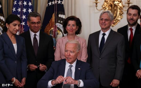 バイデン米大統領(中)は9日、独禁当局に積極的な法律の執行を求めた=ロイター