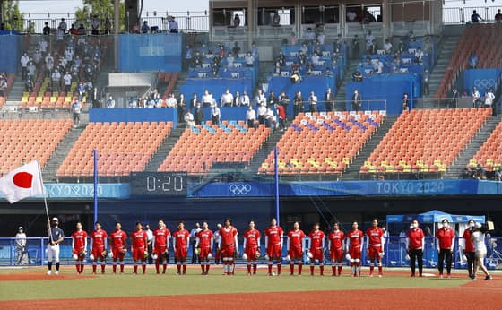 試合前に整列する日本代表=共同