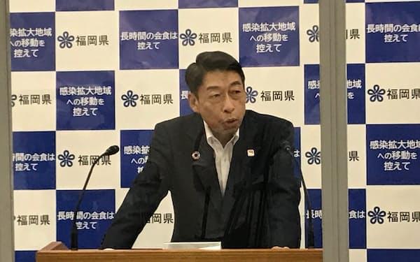 帰省客らを対象とする無料PCR検査について説明する服部知事(21日、福岡県庁)