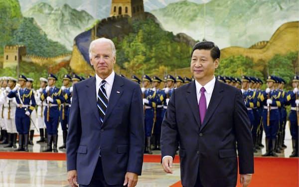 北京を訪れ、人民大会堂で歓迎式典に臨むバイデン米副大統領(当時、左)と中国の習近平国家副主席=当時(2011年8月)=新華社・共同