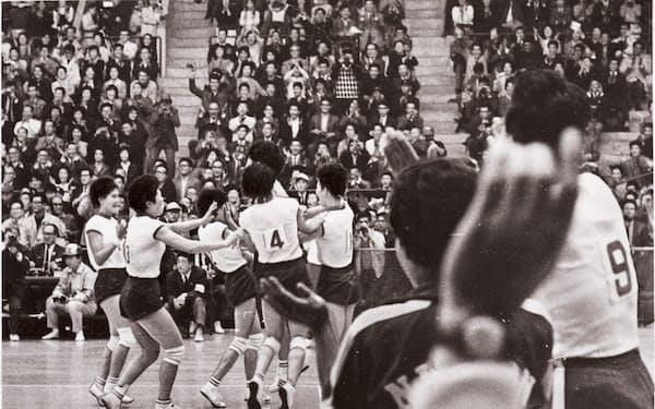 東京五輪でソ連を破り金メダル獲得、肩をたたき輪になって喜ぶ日本女子バレーチーム(1964年10月23日)