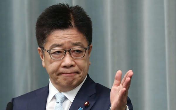 記者会見する加藤官房長官(21日午前、首相官邸)