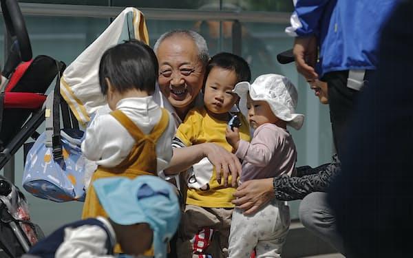 急速な少子高齢化に危機感を強める中国共産党政権は3人目の出産を容認(北京市)=AP